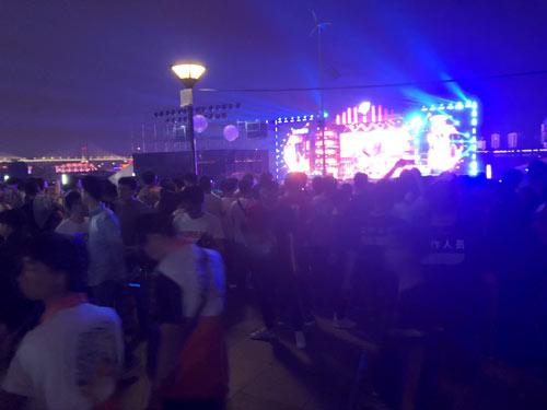 夜访国际武汉斗鱼直播节 应援荧光棒依然亮着