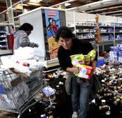 灾后居民哄抢超市